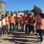 Gödeken: estudiantes pintan cordones de calles para costearse la graduación
